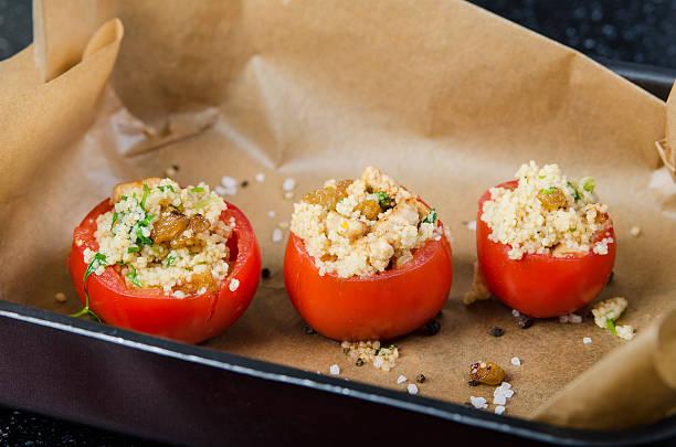 gefüllte gebackene tomaten - griechischer couscous salat stock-fotos und bilder