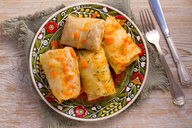 Hojas de repollo rellena con carne. Rollitos de col con carne, arroz y verduras. Dolma, sarma, sarmale, golubtsy o golabki - foto de stock
