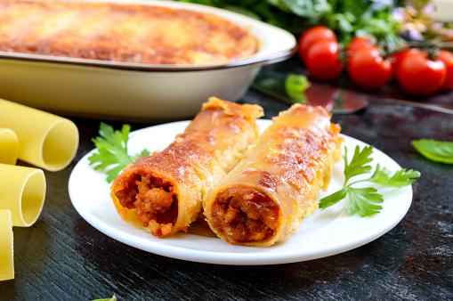 Gefüllte Cannelloni Mit Bechamelsauce Cannelloni Pasta Gebacken Mit Fleisch Sahnesauce Käse Auf Schwarzem Hintergrund Stockfoto und mehr Bilder von Aussicht genießen