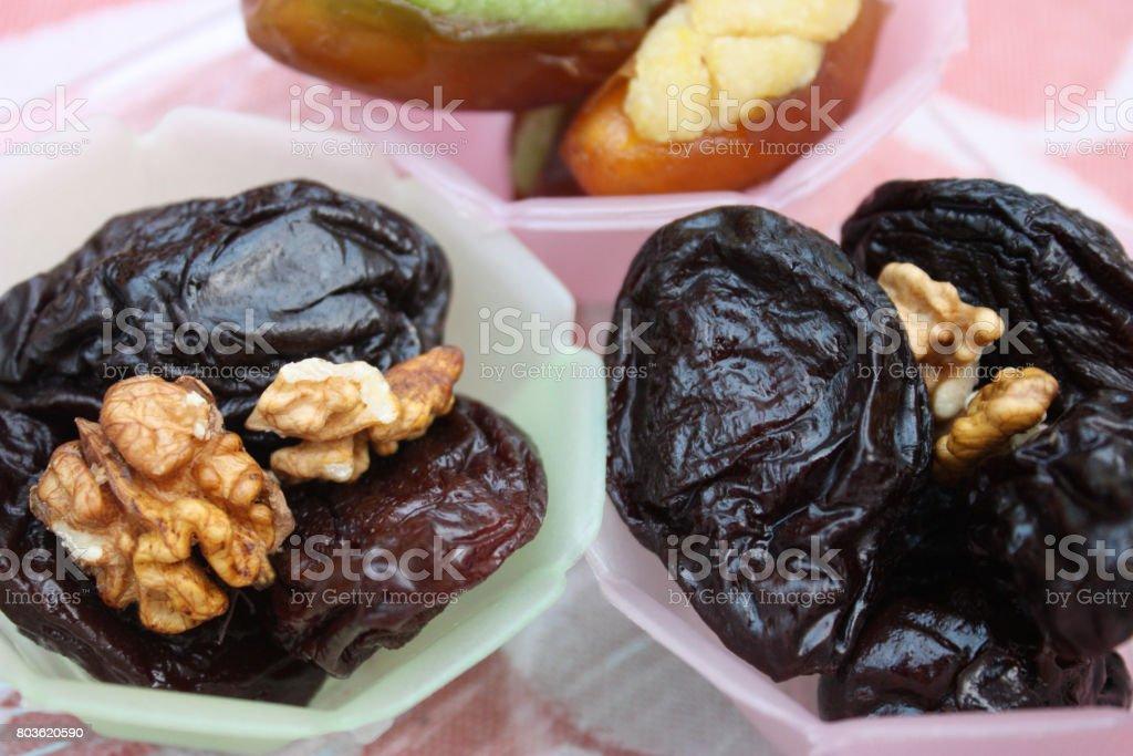 Peluche d'aneth et de prunes confites farcies aux noix - Photo