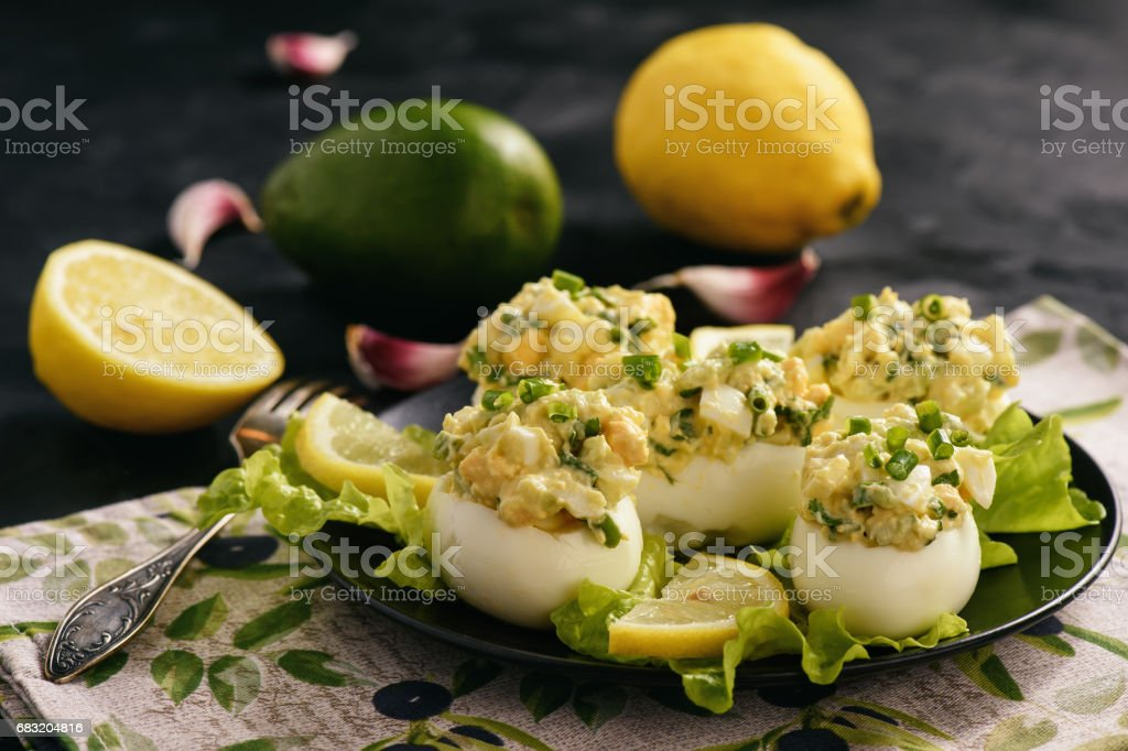 Stuffed eggs with avocado, garlic and leek. Lizenzfreies stock-foto