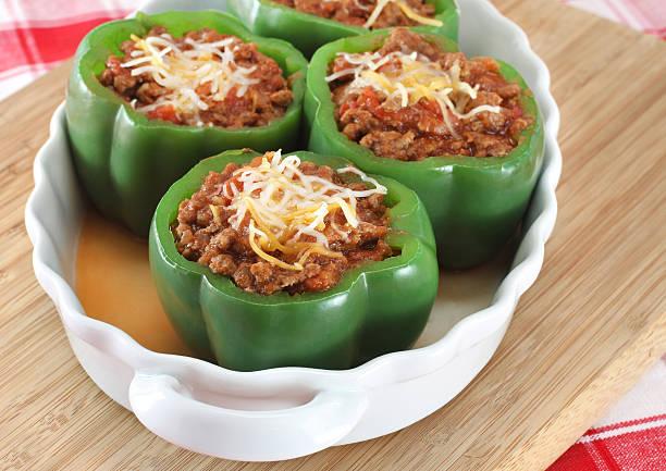 gefüllte grüne paprika - grüne paprikaschoten stock-fotos und bilder