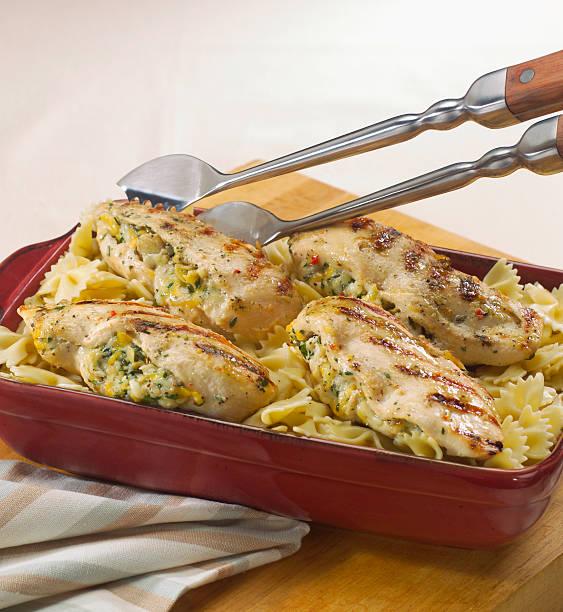 gefüllte gegrillte hühnerbrust - huhn brokkoli auflauf stock-fotos und bilder