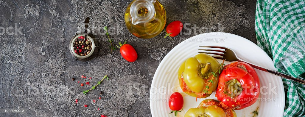 Gefüllte Paprika mit gehacktem Fleisch und Buchweizen Brei. Leckeres Essen. Flach zu legen. Ansicht von oben. Banner – Foto