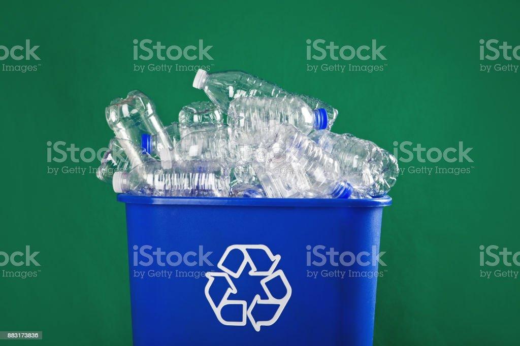 Gefüllte Recyclingbehälter – Foto