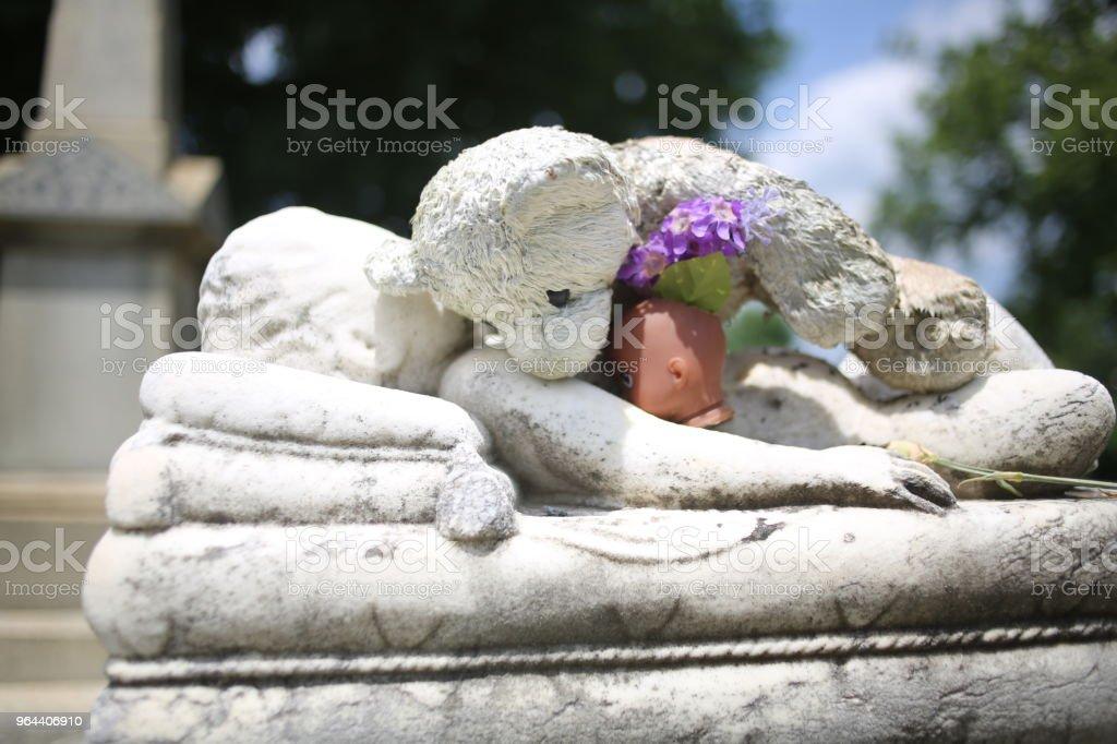 Gevulde teddybeer liggen bovenop een kind ernstige Baby marmeren standbeeld ernstige Memorial Marker - Royalty-free Achtergrond - Thema Stockfoto