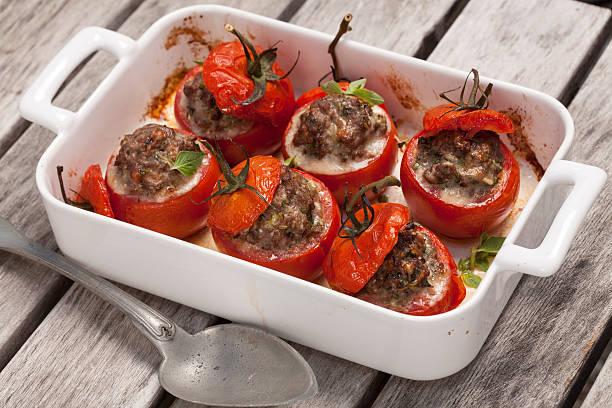 gefüllte tomate - gemüseauflauf mit hackfleisch stock-fotos und bilder