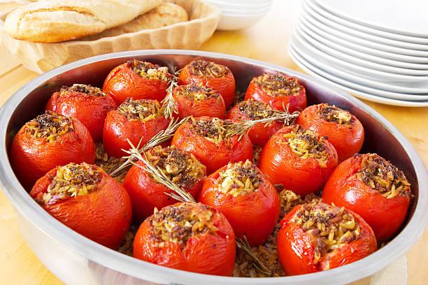 gefüllte tomaten - gemüseauflauf mit hackfleisch stock-fotos und bilder