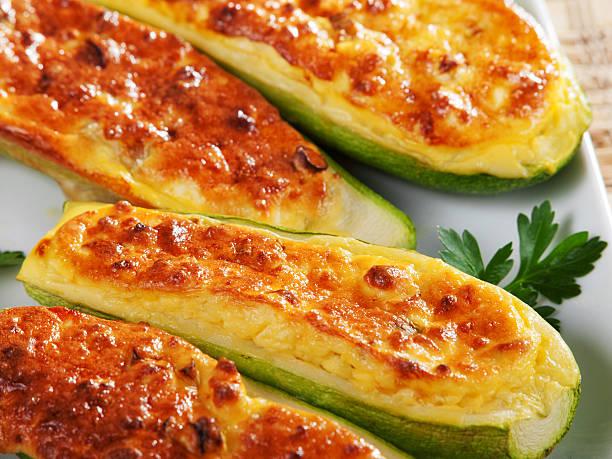 gefüllte zucchini - käse zucchini backen stock-fotos und bilder