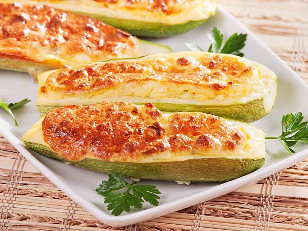 zucchini mit käse gefüllt - käse zucchini backen stock-fotos und bilder