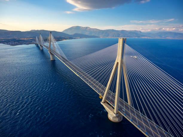 Atemberaubende Luftaufnahme der berühmten Rion-Antirrio Brücke in Griechenland. – Foto