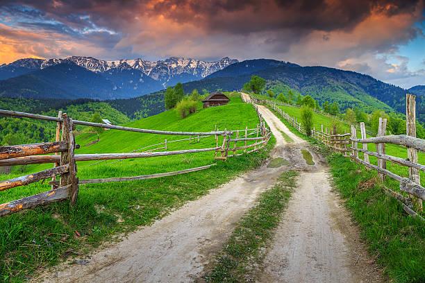 alpin magnifique paysage rural près de brașov, transylvanie, roumanie, europe - roumanie photos et images de collection