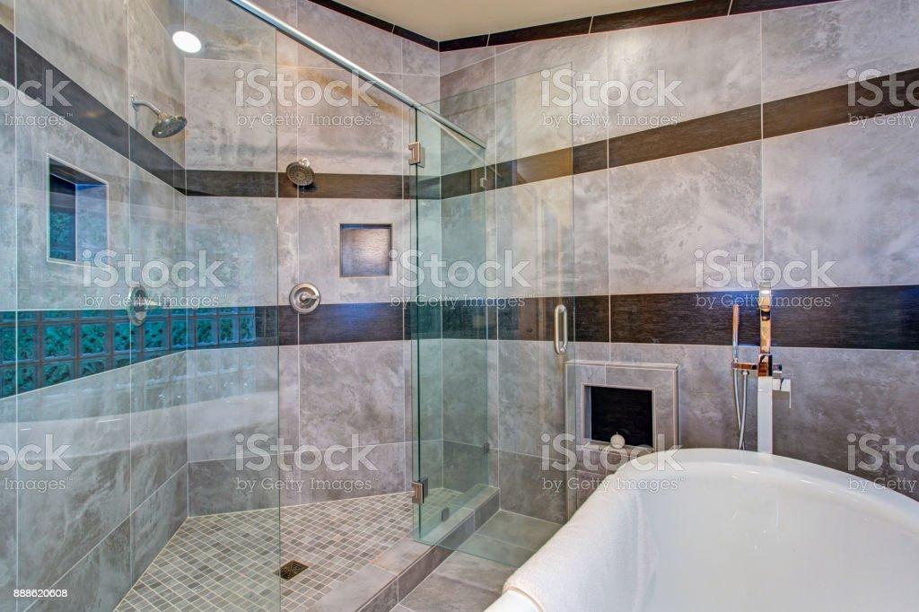 Atemberaubende Badezimmer Mit Freistehender Badewanne ...