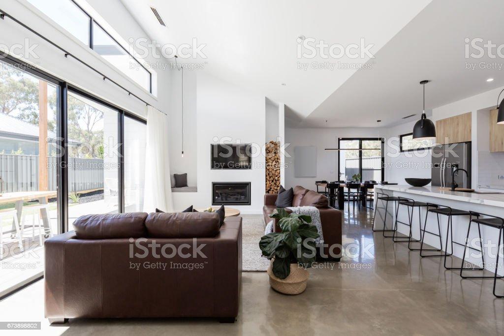 Moderne Open Keukens : Prachtige moderne open keukenruime living en eetkamer stockfoto en