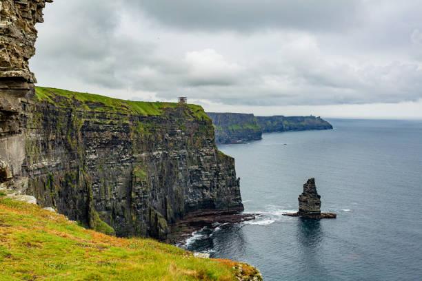 모허 절벽과 브라나운모어 바다 스택의 멋진 아일랜드 풍경 - 카르스트 지형 뉴스 사진 이미지