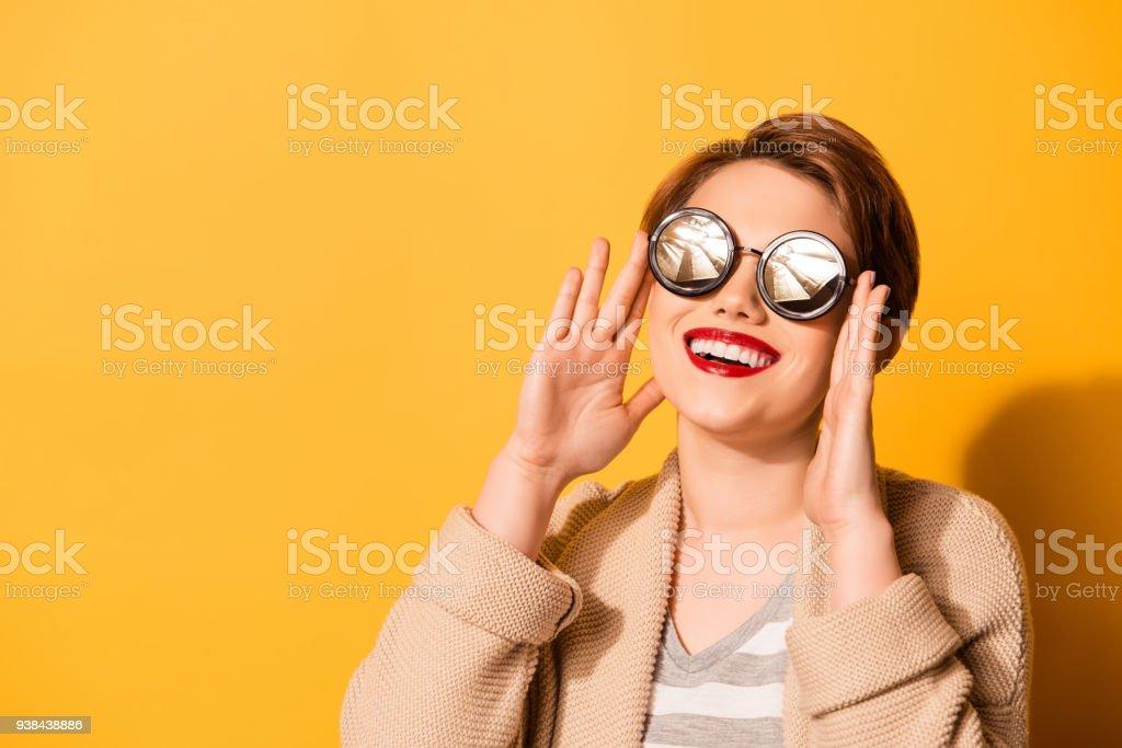 Superbe look d une jolie fille avec adorable sourire portant des lunettes  de soleil élégantes 88373f8e3ac9