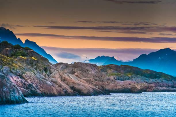 Atemberaubende Küstenlandschaften Mitternachtssonne, Lofoten-Inseln, Nordland, Norwegen. Das Hotel liegt nördlich des Polarkreises. Bekannt für seine natürliche Schönheit, unverwechselbare Landschaft mit dramatischen Bergen und Gipfeln, Meer und geschützte Buchten, Strände und unberührte Land öffnen – Foto