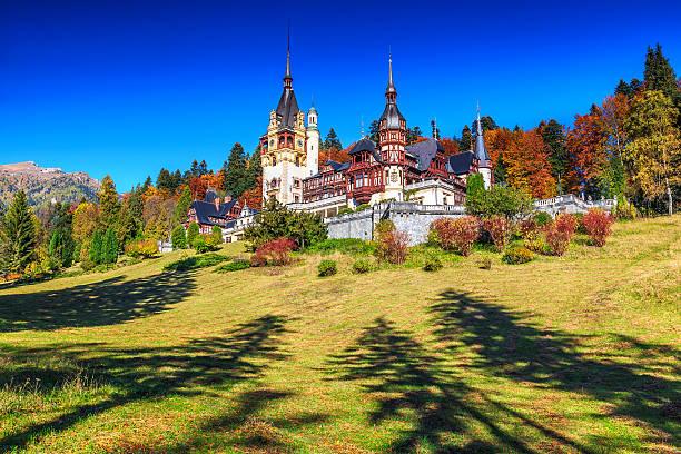 superbe jardin modèle et le château royal, peles, sinaia, transylvanie, roumanie - roumanie photos et images de collection