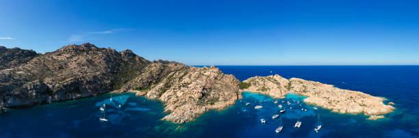 atemberaubender panoramablick auf cala coticcio, auch bekannt als tahiti mit seinen felsigen küsten und kleinen stränden, die von einem türkisfarbenen cllear-wasser gebadet werden. la maddalena archipel, sardinien, italien. - palau sardinien stock-fotos und bilder