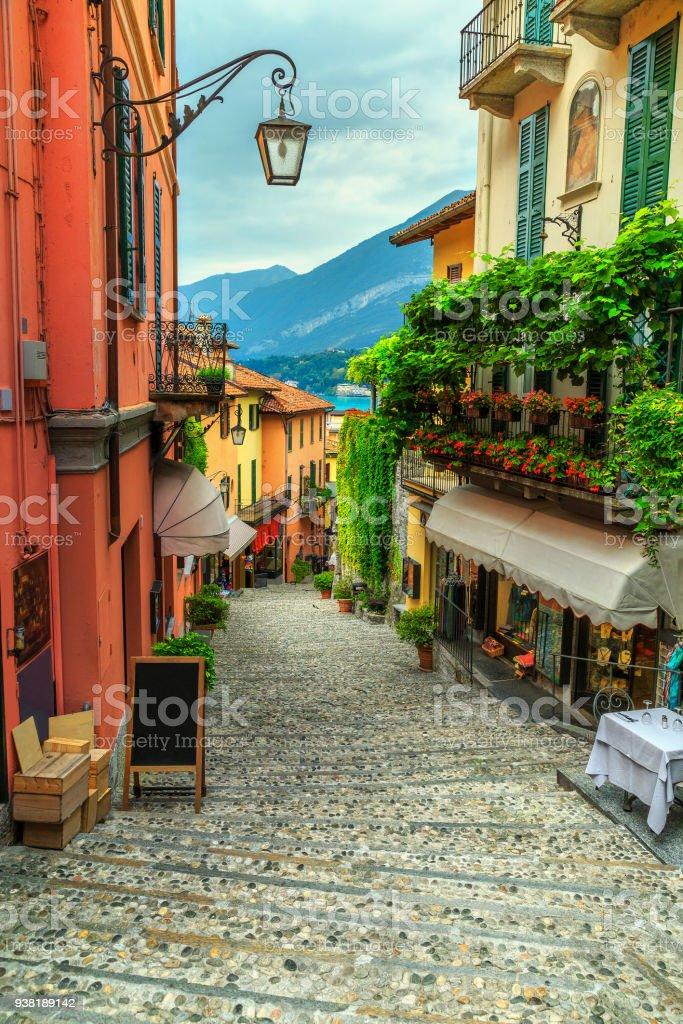 Atemberaubende landschaftliche Straße mit bunten Häusern und Blumen in Bellagio – Foto