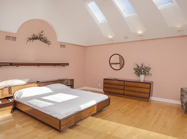 stunning spacious bedroom with skylights, hardwood floor - do it yourself hochbett stock-fotos und bilder