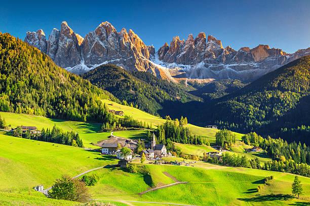 splendido paesaggio primaverile con il villaggio di santa maddalena, le dolomiti, l'italia, l'europa - sardegna foto e immagini stock