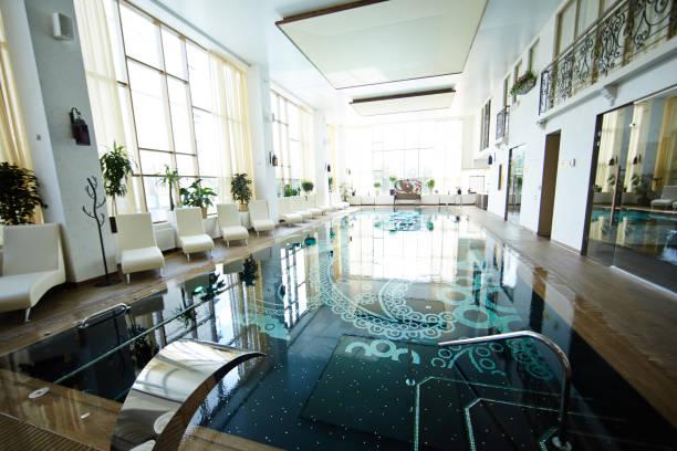atemberaubende schwimmbad innen - saunazubehör stock-fotos und bilder