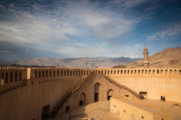stunning view of the nizwa fort surrounded by mountains - oman zdjęcia i obrazy z banku zdjęć