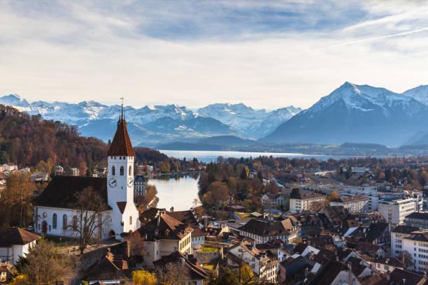 atemberaubende aussicht auf die stadt thun und den see - thun switzerland stock-fotos und bilder