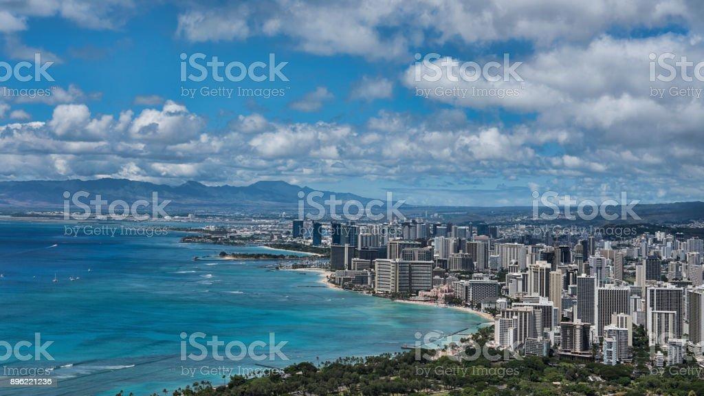 Impresionantes vistas desde el cono volcánico, Diamond Head, hacia la playa de Waikiki, Honolulu, Isla Oahu, Hawai, Estados Unidos - foto de stock