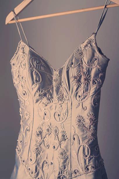 wunderschöne vintage hochzeit kleid auf einem kleiderbügel - hochzeits thema hollywood stock-fotos und bilder