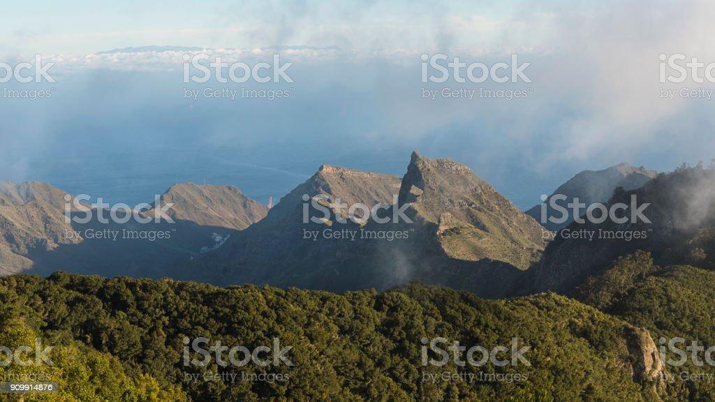 Impresionantes vistas desde el mirador de Pico del Ingles, sobre las montañas de Anaga y la ciudad costera de la capital Santa Cruz de Tenerife - foto de stock