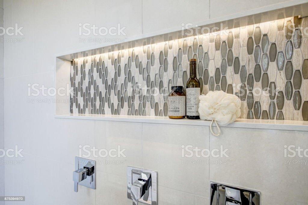 Atemberaubende walk-in-Dusche mit weißen Fliesen umgeben. – Foto