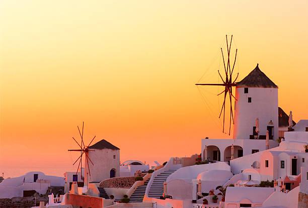 stunning warm sunset on oia, santorini, greece - grekiska övärlden bildbanksfoton och bilder