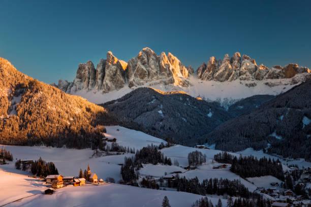Atemberaubende Winterlandschaft mit dem Dorf Santa Maddalena, Dolomiten, Italien, Europa – Foto