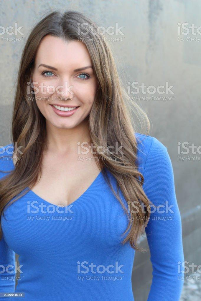 Impresionante mujer sonriendo cerca para arriba - foto de stock