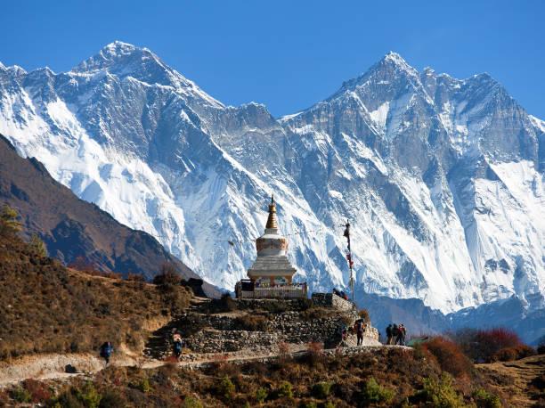 stupa in der nähe von namche bazar und mount everest, lhotse süd felswand - nepal tibet stock-fotos und bilder