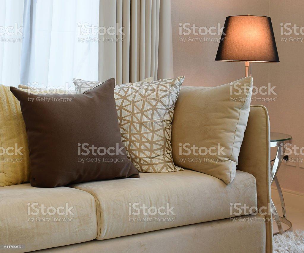 Cuscini Su Divano Marrone robusto tweed marrone divano con cuscini e lampada con