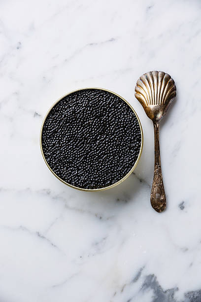 caviar de esturión negro puede y cuchara - caviar fotografías e imágenes de stock