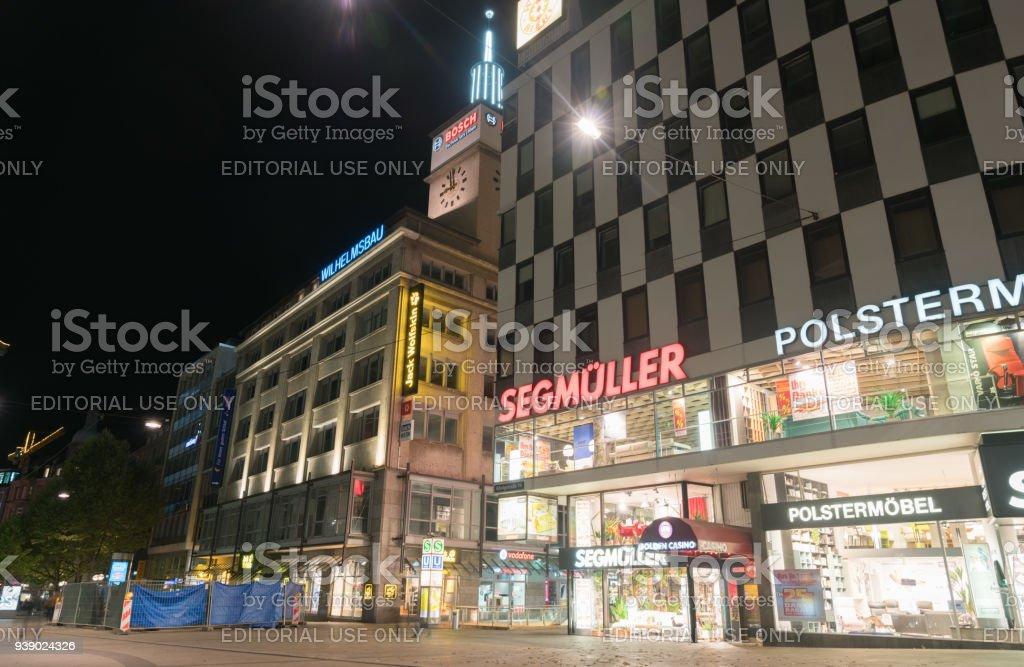 Stuttgart Nacht Straße mit großen Marken Noen Beschilderung und Gebäude-Szene – Foto