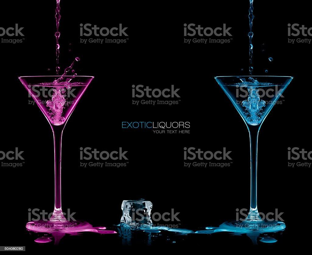 Stil und Feier Konzept. Zwei Cocktail-Gläser mit farbigen Spirituosen – Foto