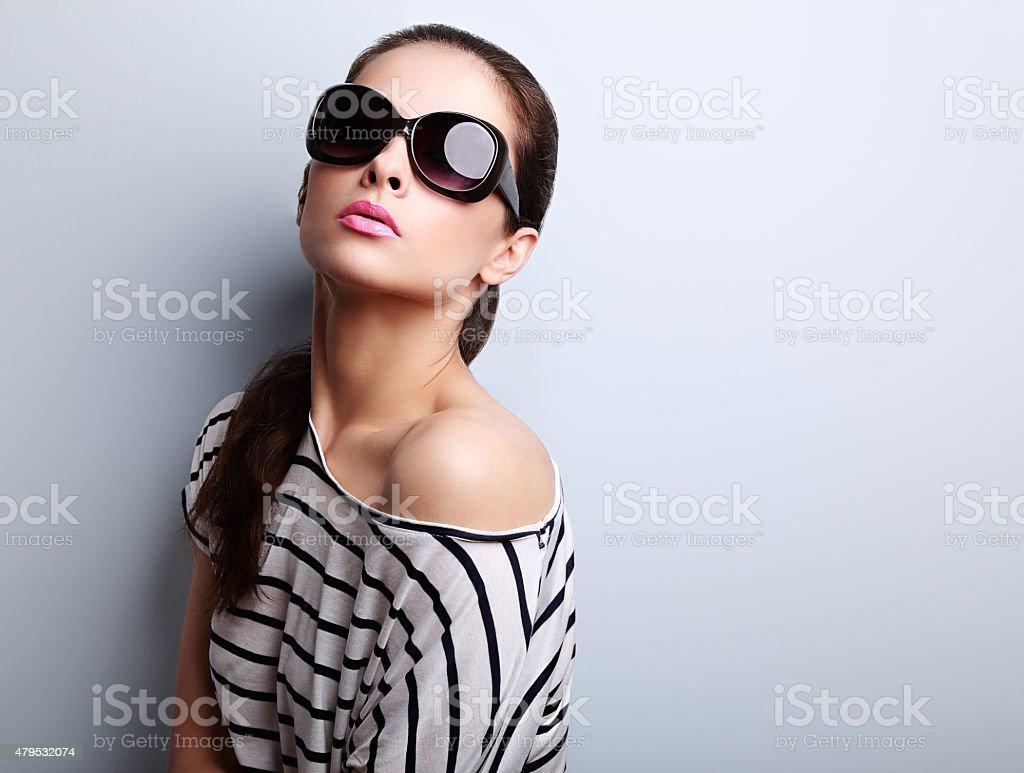 Style femme modèle posant à la mode, lunettes de soleil et moderne photo  libre de e7cbd1e905fe
