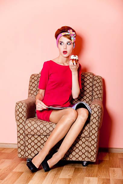style-mädchen im roten kleid mit kuchen - modetorten stock-fotos und bilder