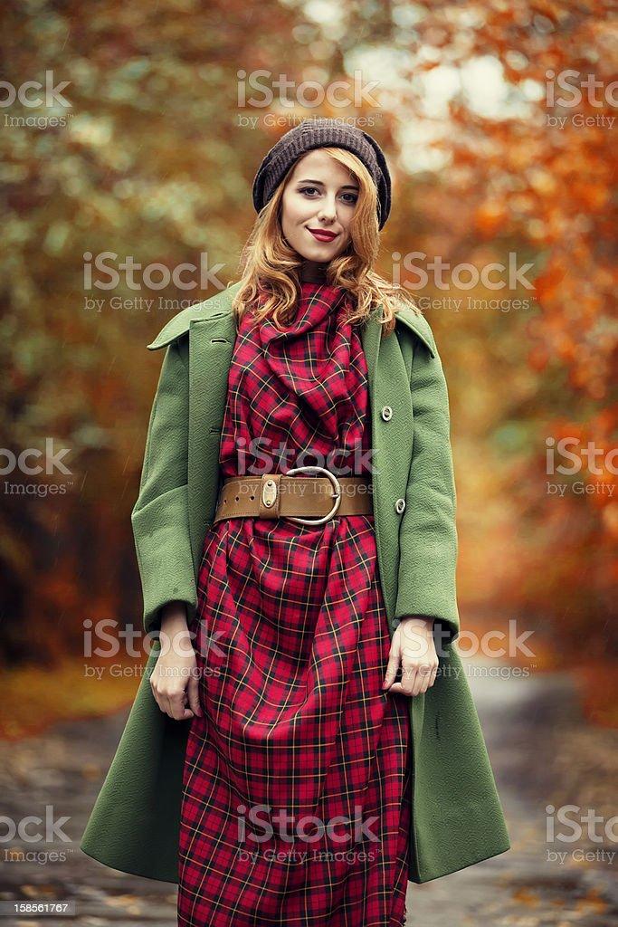주말뿐이라도 빨간 머리 여자아이 아름다운 추절 보십시오. royalty-free 스톡 사진