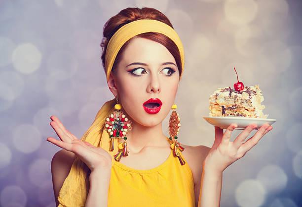 stil rotes haar mädchen mit kuchen. - modetorten stock-fotos und bilder