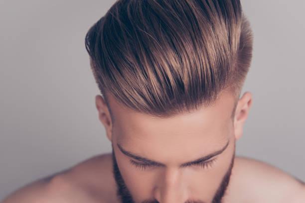 concept de problème de traitement de thérapie élégant de style. recadrée haut ci-dessus bouchent photo vue de propre clair brillant avec la lotion de cire gel perfect coiffure soignée damée idéal isolé sur fond gris - couper les cheveux photos et images de collection