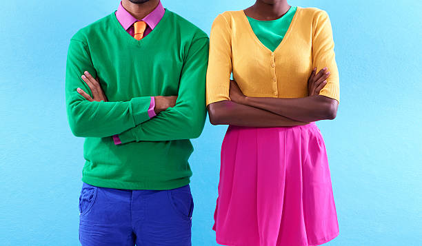mit einem farbenfrohen einstellung - herren outfit stock-fotos und bilder