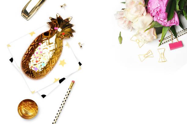 gestalteten hintergrund. mock-up-foto. mode und trendy. flach zu legen. schreibwaren, polka dots muster mit ananas und bleistift, gold hefter. header für website, held - damen top gold stock-fotos und bilder