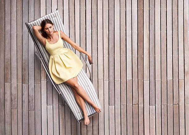ideal für den sommer - sun chair stock-fotos und bilder