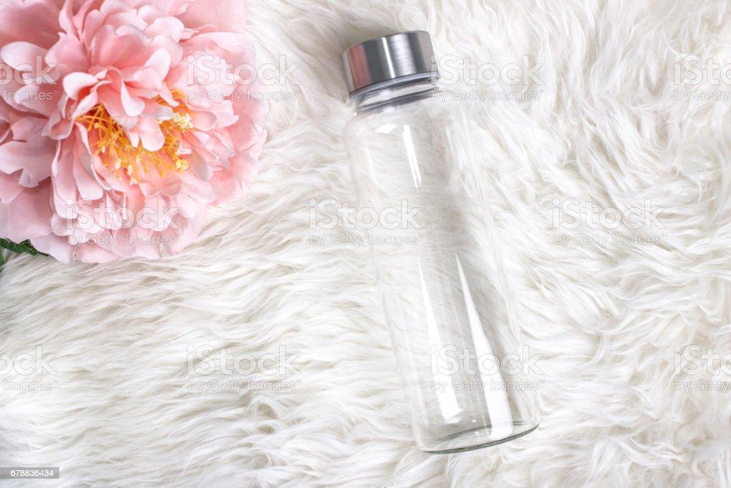 Maquette de style de verre clair simple bouteille d'eau. photo libre de droits